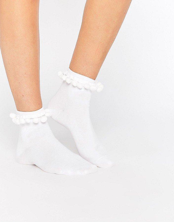 Помпоны – тренд сезона белые носки с маленькими помпонами.