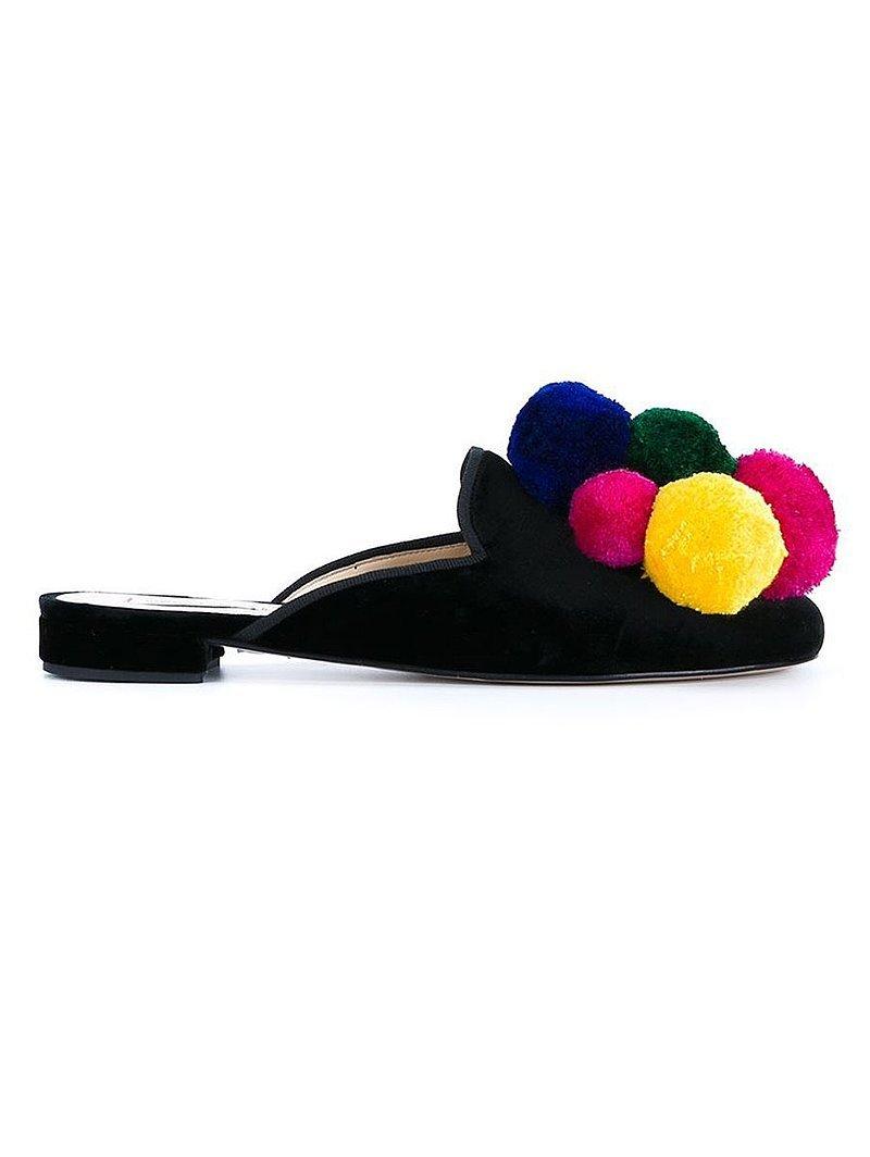 Помпоны – тренд сезона шлепанцы украшенные разноцветными томпонами.