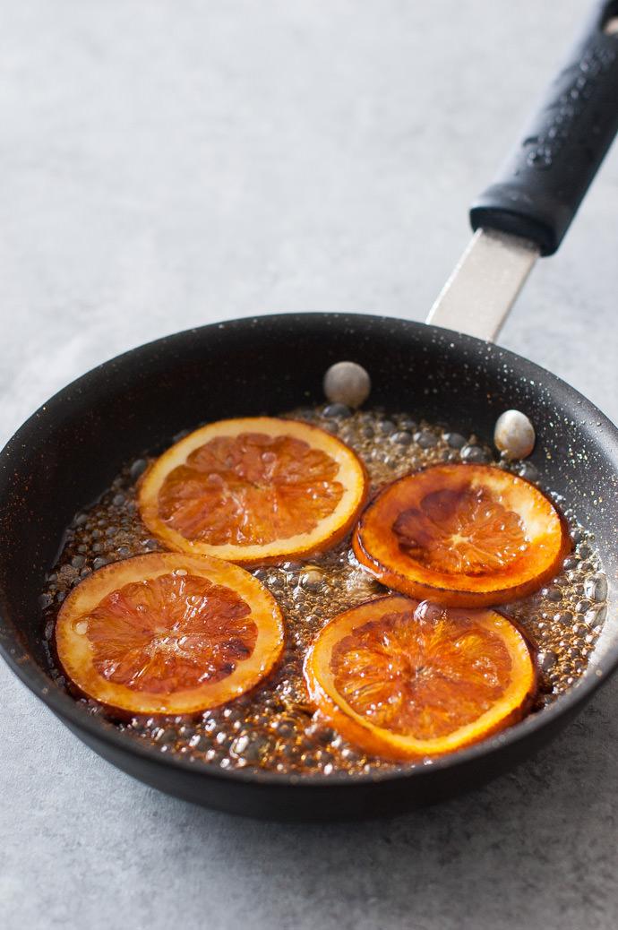 Рецепт приготовления кексов с жареными апельсинами.