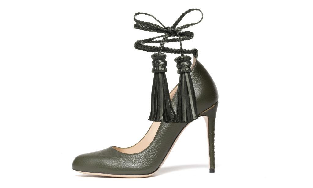 Новые тренды классические чёрные туфли с кожаным ремешком, который обвивает щиколотку и кожаными кистями из коллекции Paul Andrew.
