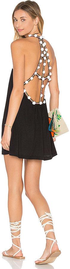 Помпоны – тренд сезона многочисленные белые помпоны на бретельках маленького черного платья.