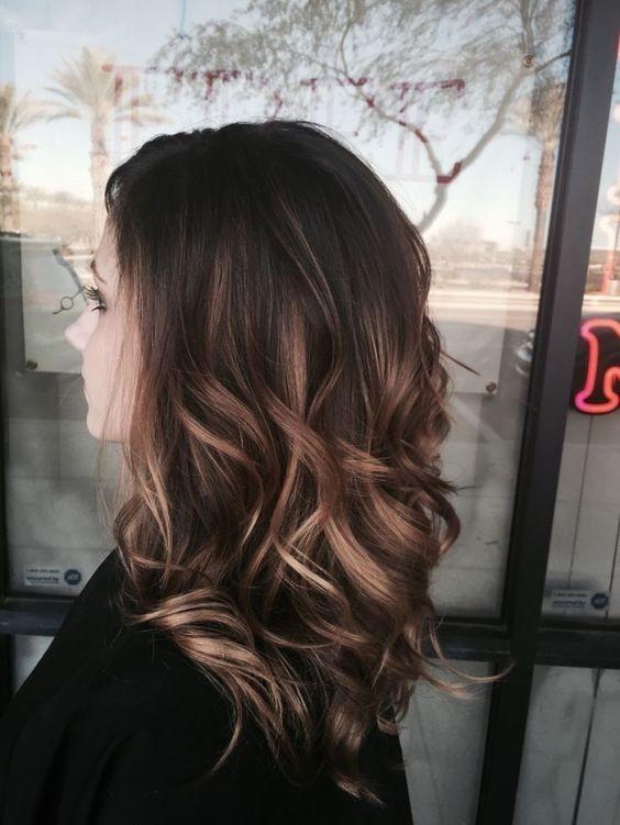 Прическа на волосы средней длины - упругие локоны.