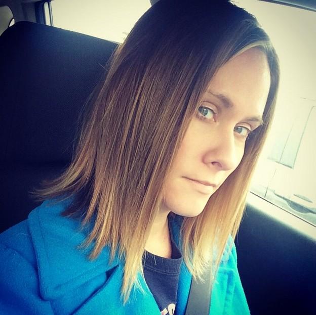 Прическа на волосы средней длины - прямое удлинённое каре.