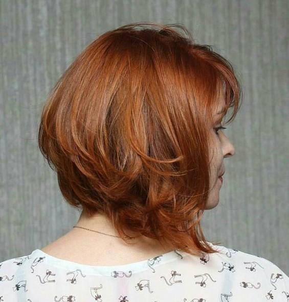 Прическа на волосы средней длины удлинённое боб каре с чёлкой.