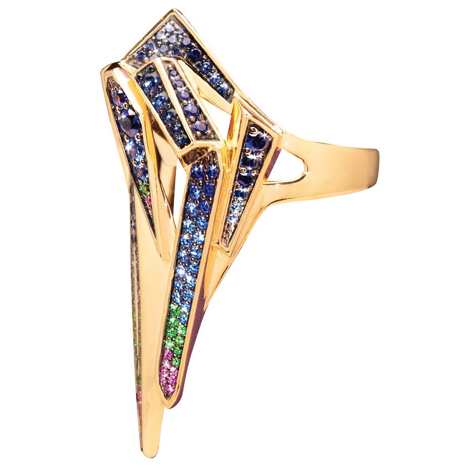 Золотистое кольцо, с различными ребрами инкрустировано синими, фиолетовыми, зелеными и розовыми камнями от Yunus-and-Eliza.