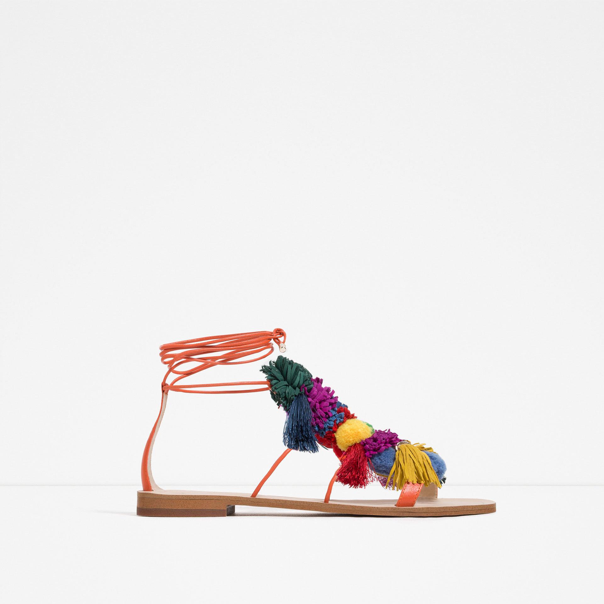 Помпоны – тренд сезона босоножки украшенные разноцветными томпонами из коллекции Zara.