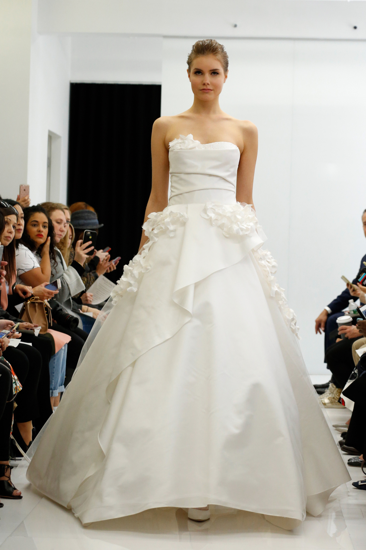 Angel Sanshez интересно обыграл привычное пышное платье, сделав его многослойным.