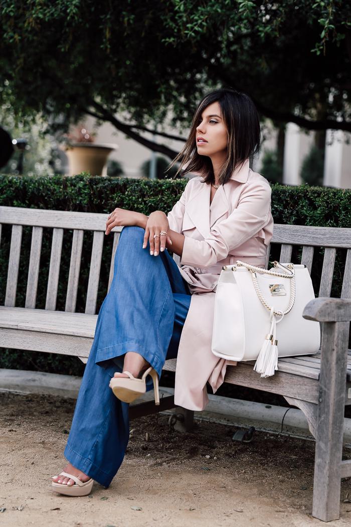 Модные синие широкие клёши от бедра с классическийм тренчем, расклешённым книзу, пастельного светло-розового цвета.