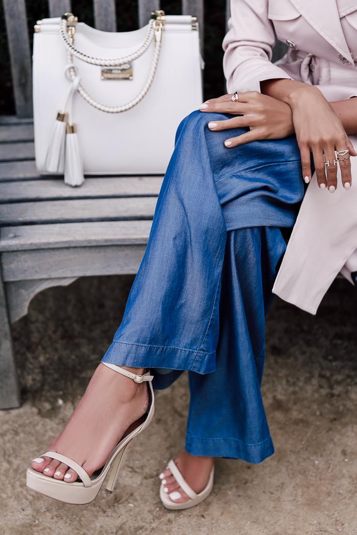 Модные синие широкие клёши от бедра с классическим тренчем, расклешённым книзу, пастельного светло-розового цвета и с розовыми босоножками.