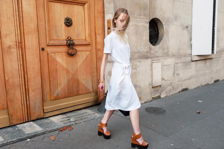 Универсальный белый цвет - белое платье с коричневыми босоножки.