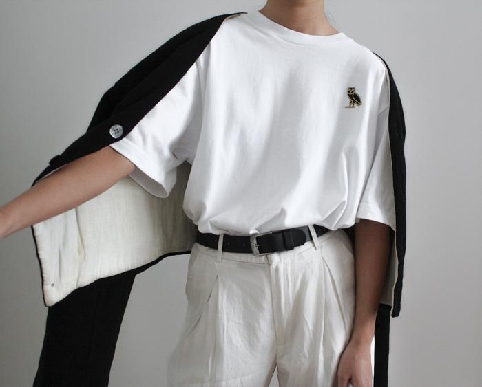 Универсальный белый цвет - белая блузка, светло серые брюки и черная кофта.