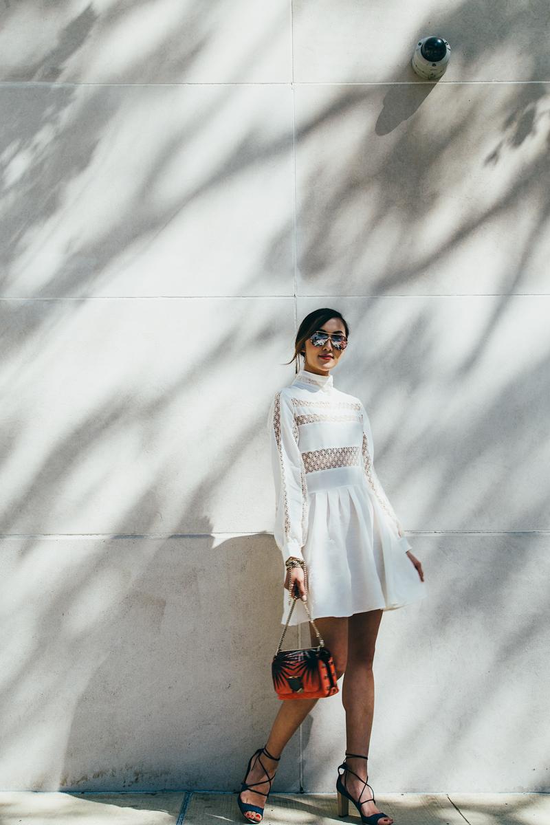 Универсальный белый цвет - белое платье с кружевами черные блсоножки и красно черная сумка.