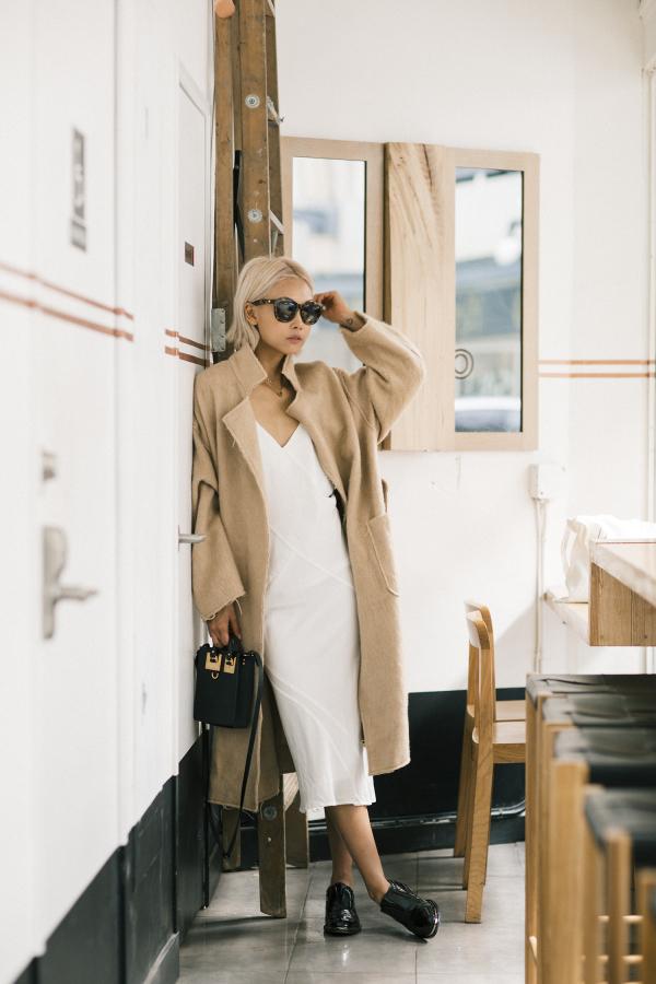 Универсальный белый цвет - белое платье, светлое пальто.