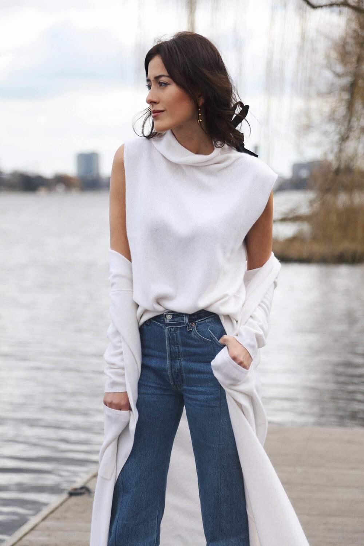 Универсальный белый цвет - белая блуза, пальто и синие джинсы.