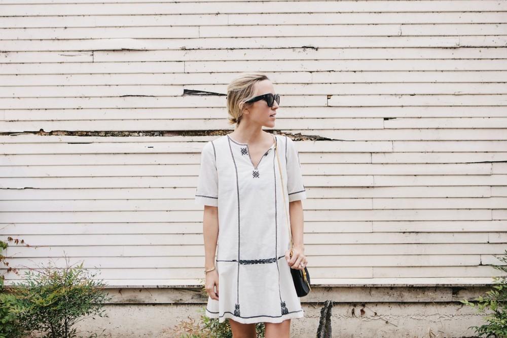 Универсальный белый цвет - белое платье украшено мотивами и элементами чёрного цвета.
