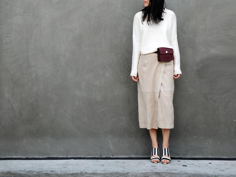 Универсальный белый цвет - белая блуза и светло серая юбка с запахом.