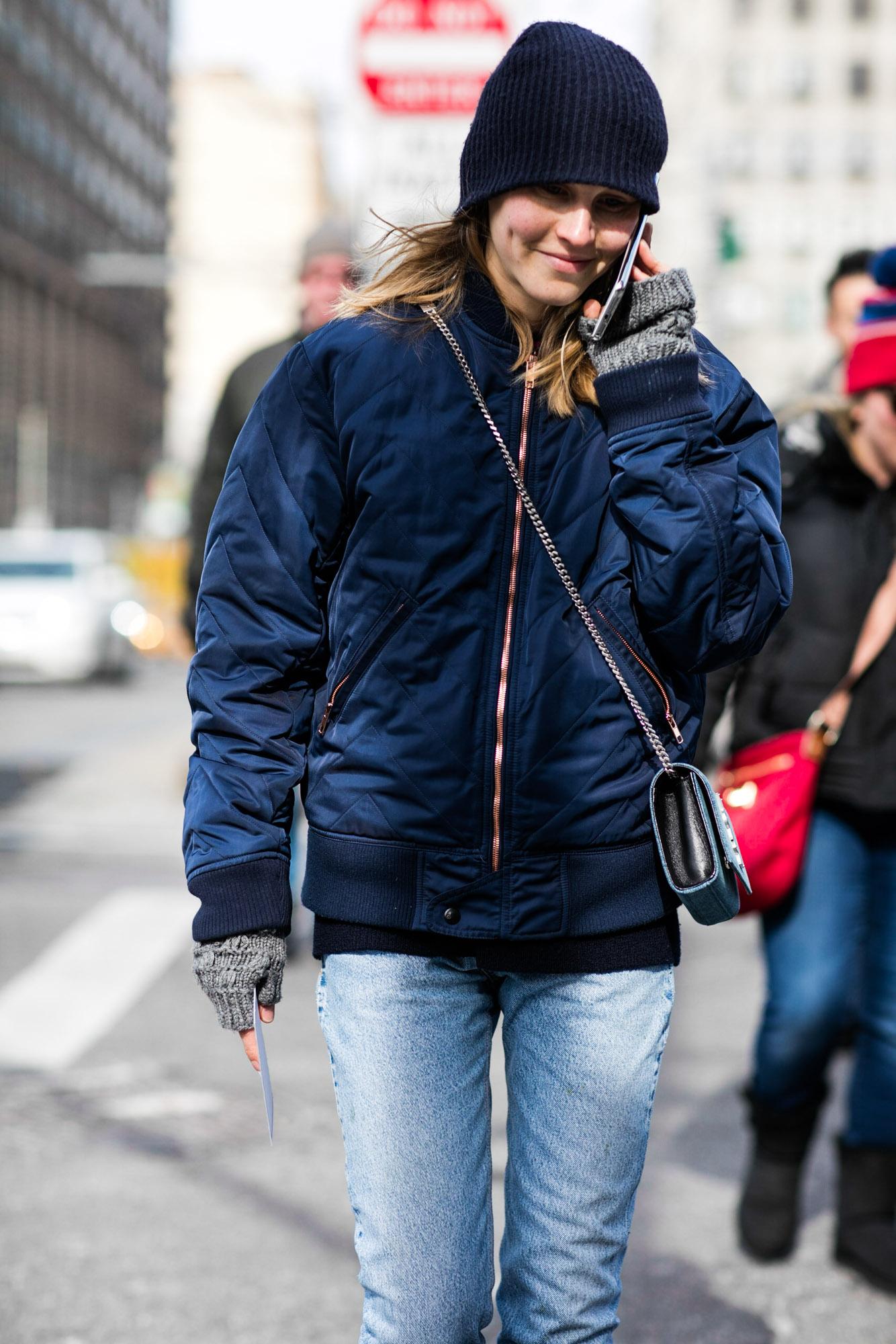 Укороченная куртка бомбер темно синего цвета.