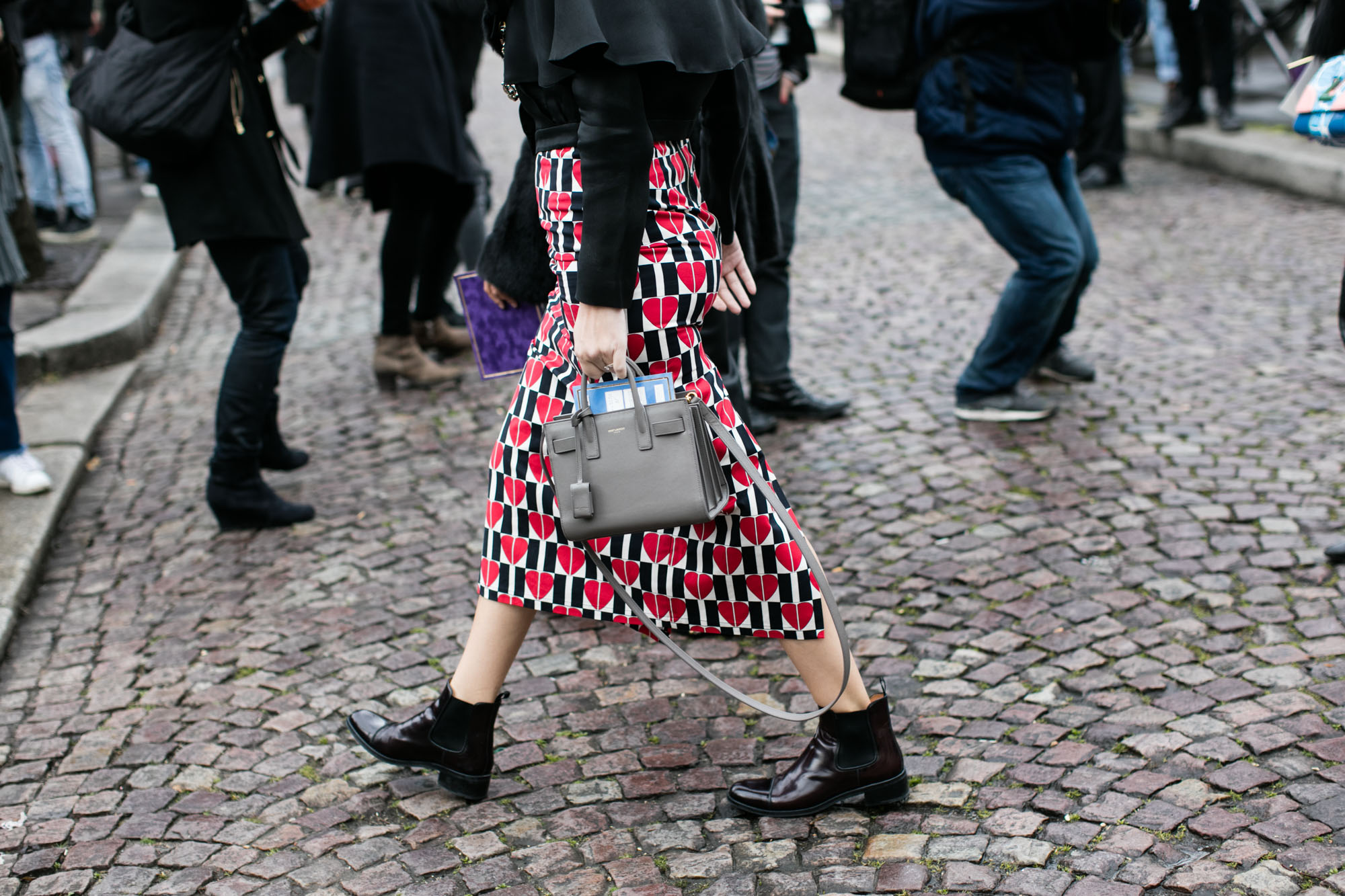 Прямая юбка чёрно-белого принта, украшенная ярко-красными сердечками.
