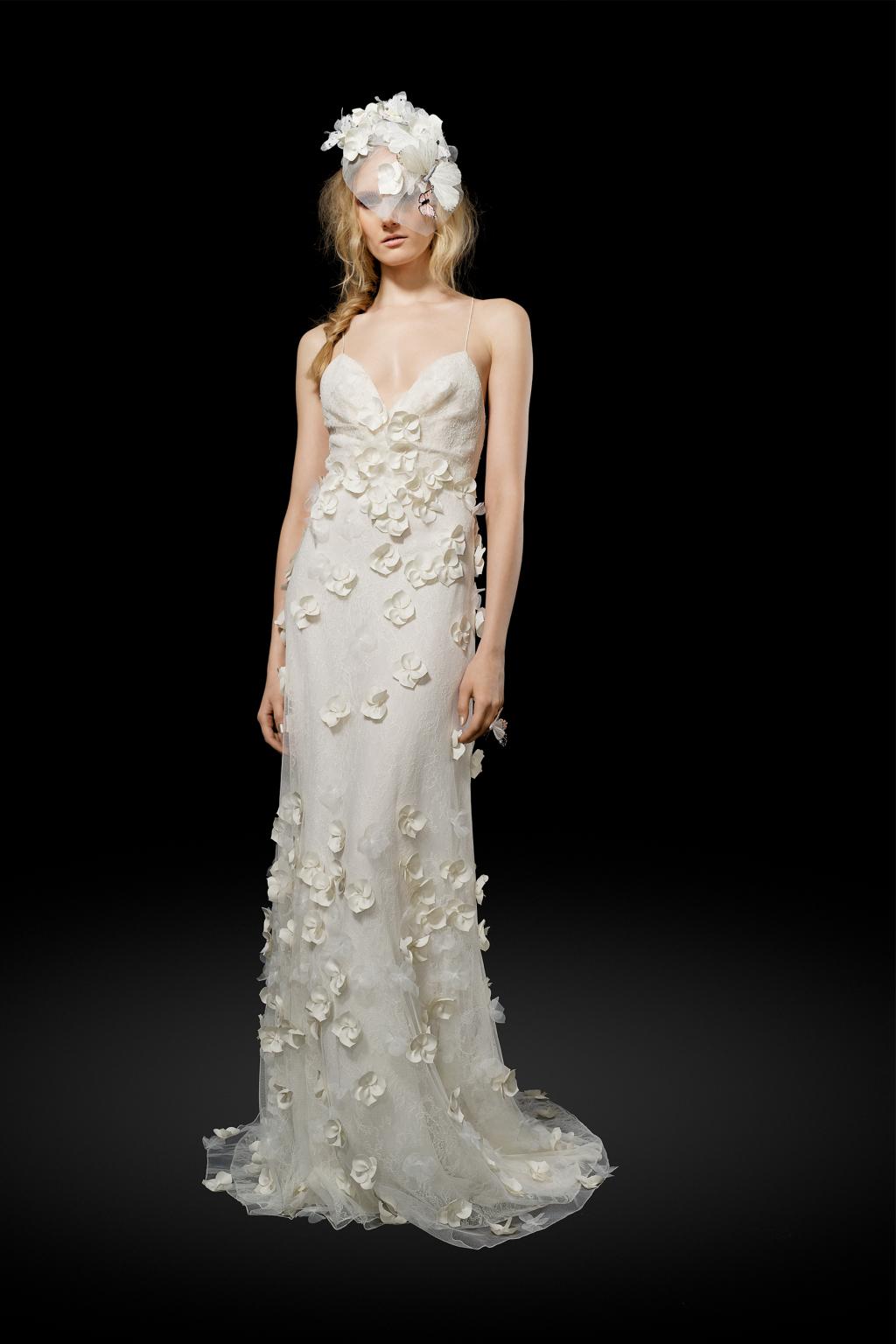 Свадебное платье с рассыпаными нежными белыми цветами и такая же шляпка из коллекции Elizabeth Fillmore.
