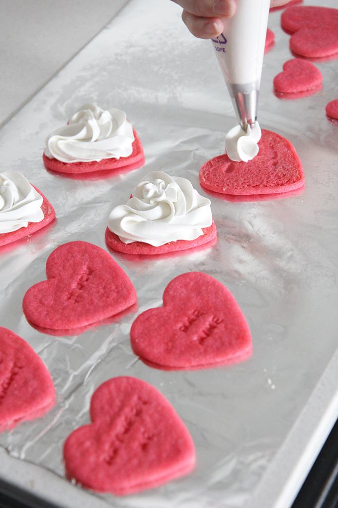 Приготовление вкусных печений-сердечек.