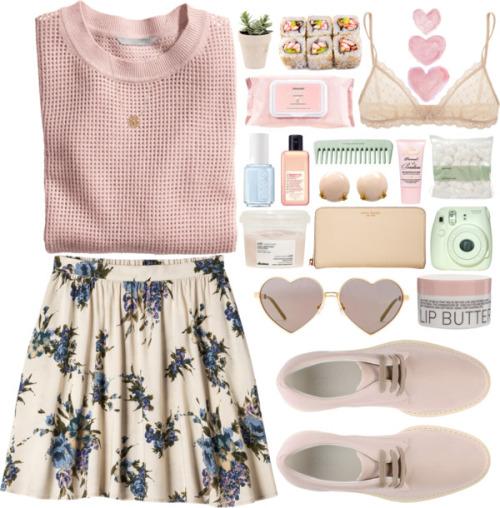 Розовый джемпер и лёгкая белая юбка с цветочным принтом