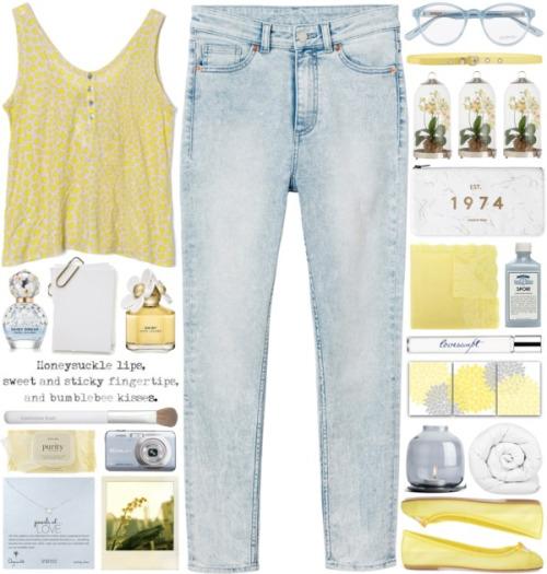 Выбеленные джинсы с коротким топом и балетками.