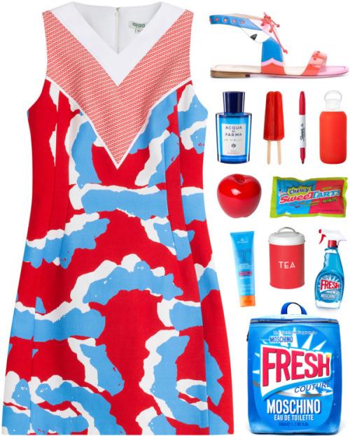 Платье в сине-бело-красных цветах.