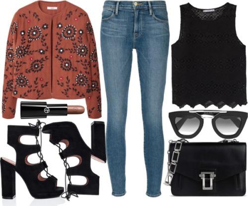 Модный лук c джинсами, с коротким черным топом или с короткой курткой коричнего оттенка с принтом ибосоножками на высоком толстом каблуке.