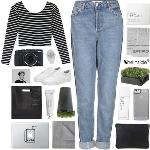 На фото: светлые джинсы с короткой кофтой в полоску с длинными рукавами.