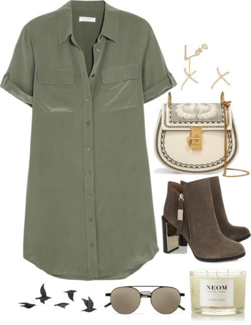 Платье-рубашк цвета хаки и удобные ботильоны.