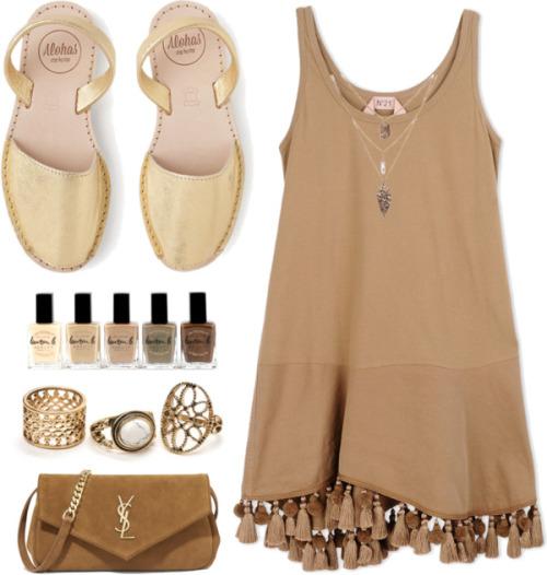 Песочное платье, отделанное модной бахромой или модными помпонами