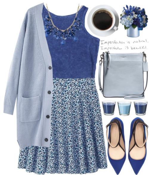 Светло синяя юбка с принтом, синий топ и голубой жакет.