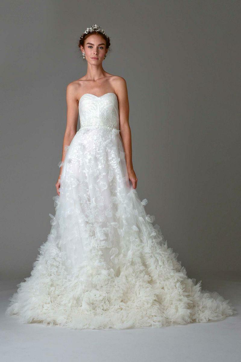 Свадебное белое платье с цветочной аппликацией из коллекции Marchesa.