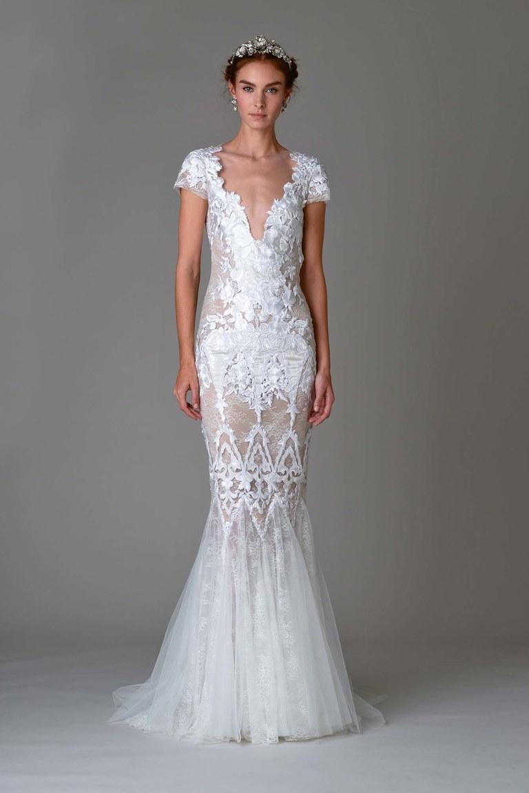 На фото длинное кружевное платье с короткими кружевными рукавами и цветочным принтом.