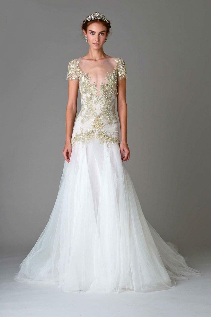 На фото длинное кружевное платье и цветочным принтом из коллекции Marchesa.