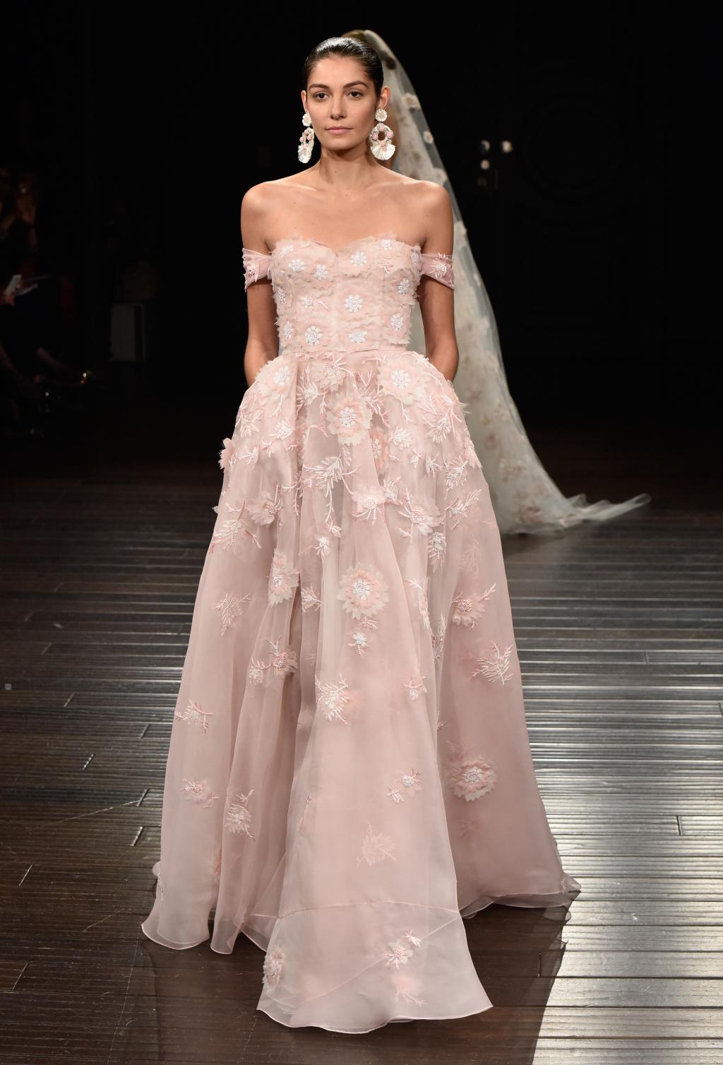 На фото длинное розовое платье декольте с цветочным принтом и длинной фато