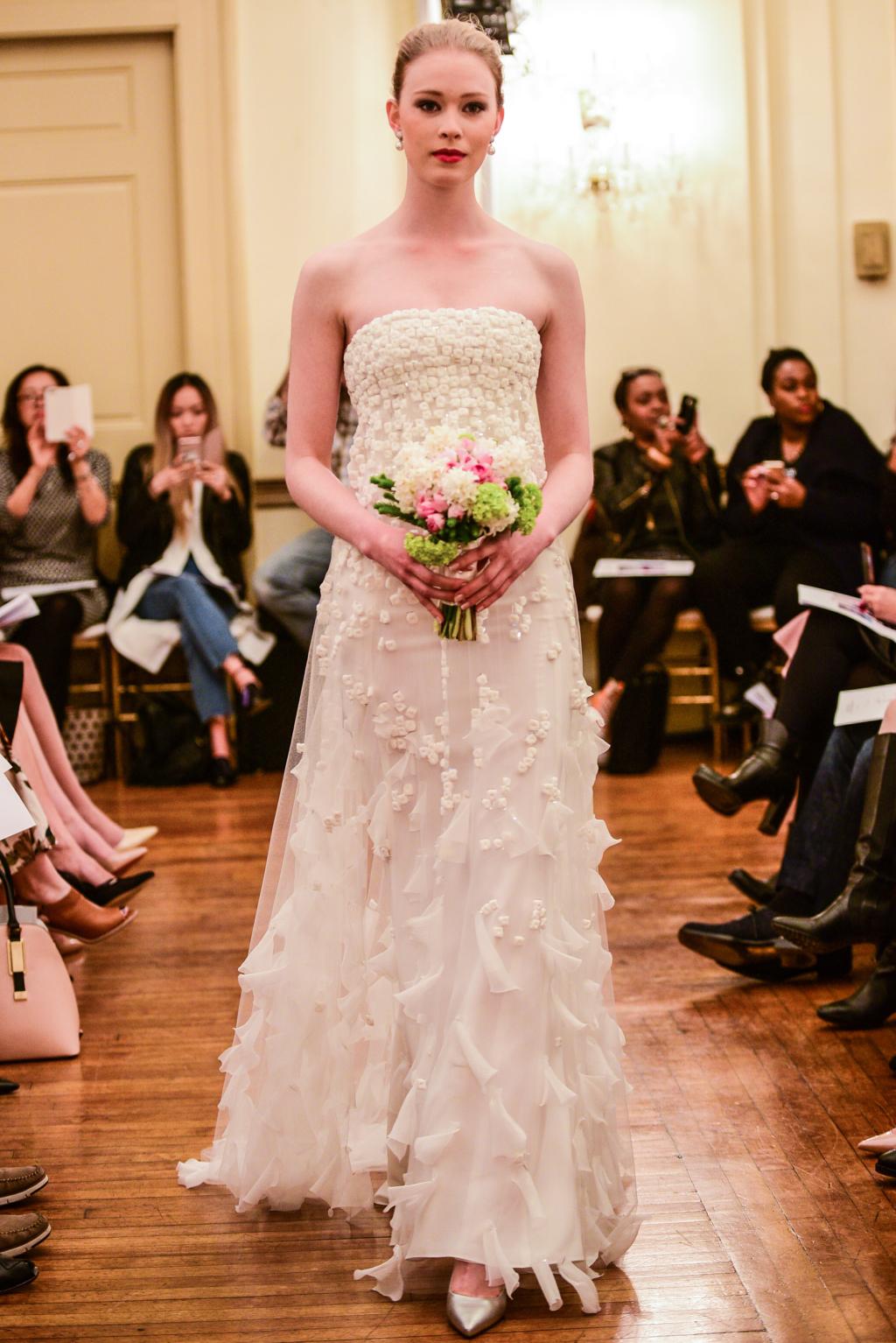 На фото длинное розовое платье декольте с цветочным принтом и длинной фатой.