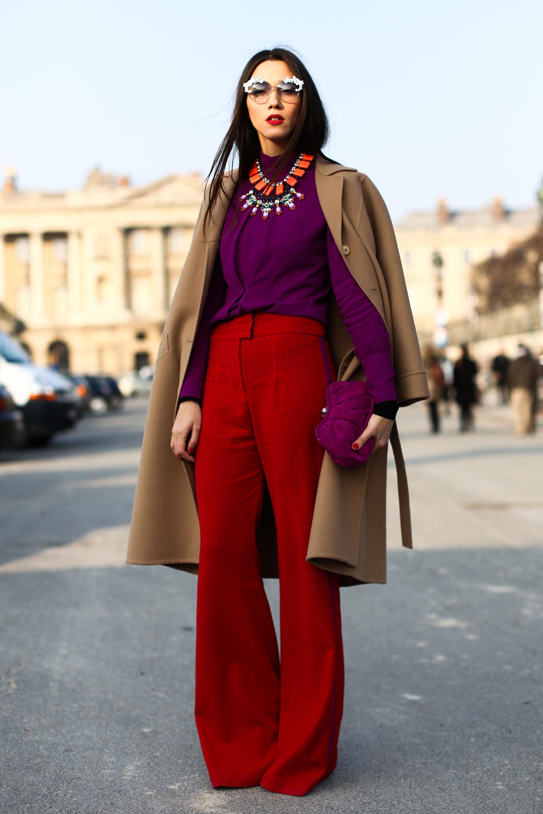 На фото:широкие темно красные брюки с высокой талией с блузой и пальто.