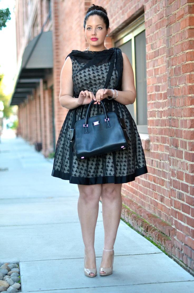 Приталенное платье длиой до колена.