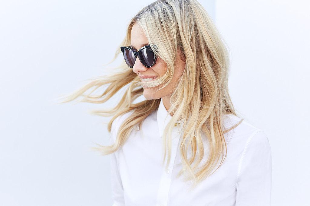 Прическа с легкими волнами на волосах.