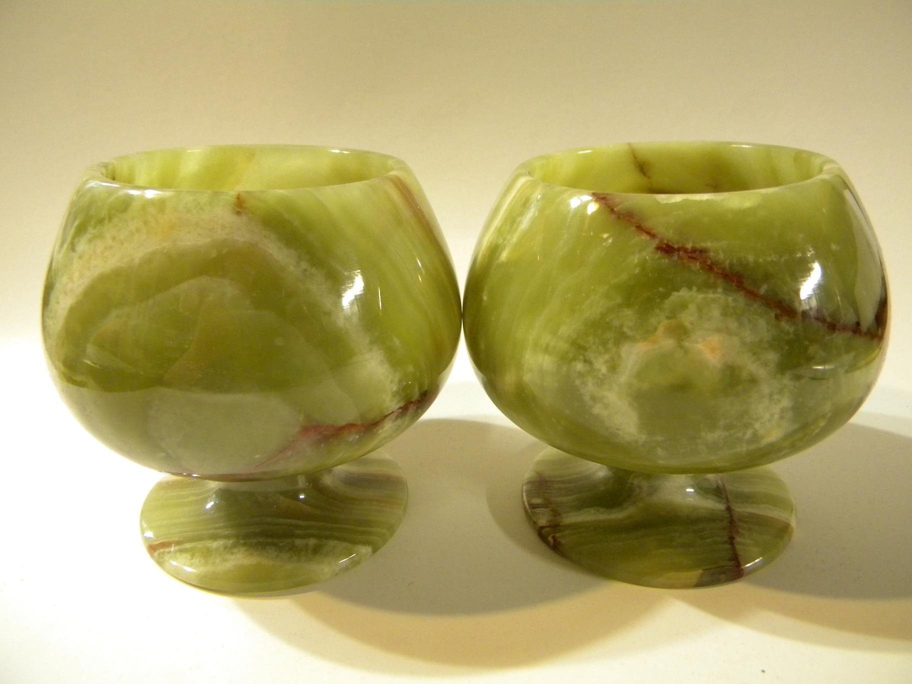 Сосуды из зеленого камня оникс.