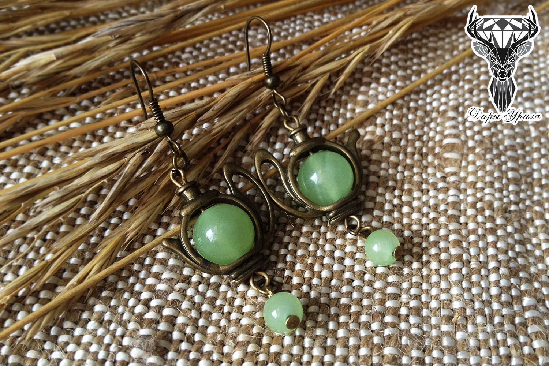 Серьги из зеленого камня оникс.