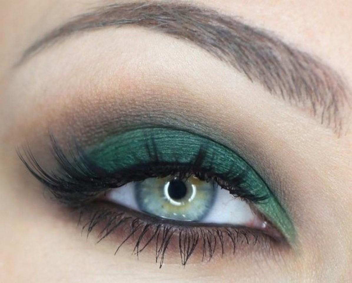 На фото: тени для зеленых глаз - очень органично смотрится лиловый цвет.