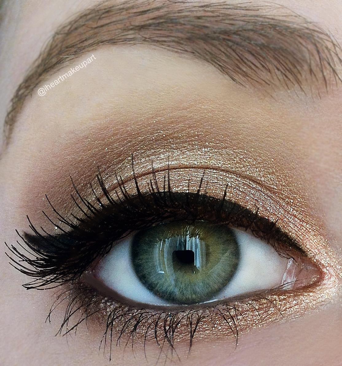 На фото: тени для зеленых глаз - очень органично смотрится золотистый цвет.