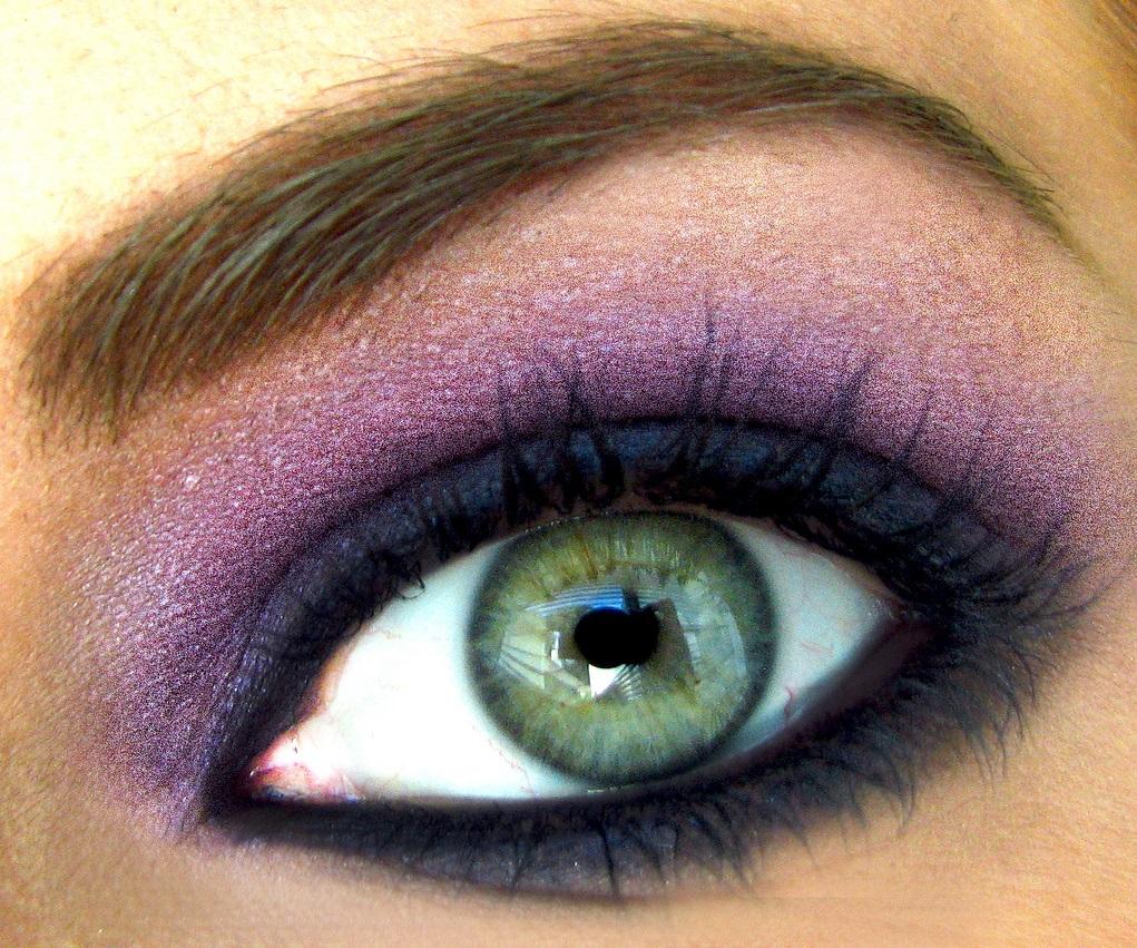 На фото: тени для зеленых глаз - очень органично смотрится фиолетовый цвет.