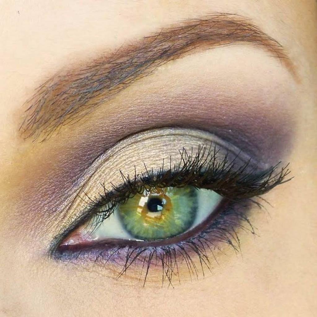 На фото: тени для зеленых глаз - очень органично смотрится цвет слоновой кости..