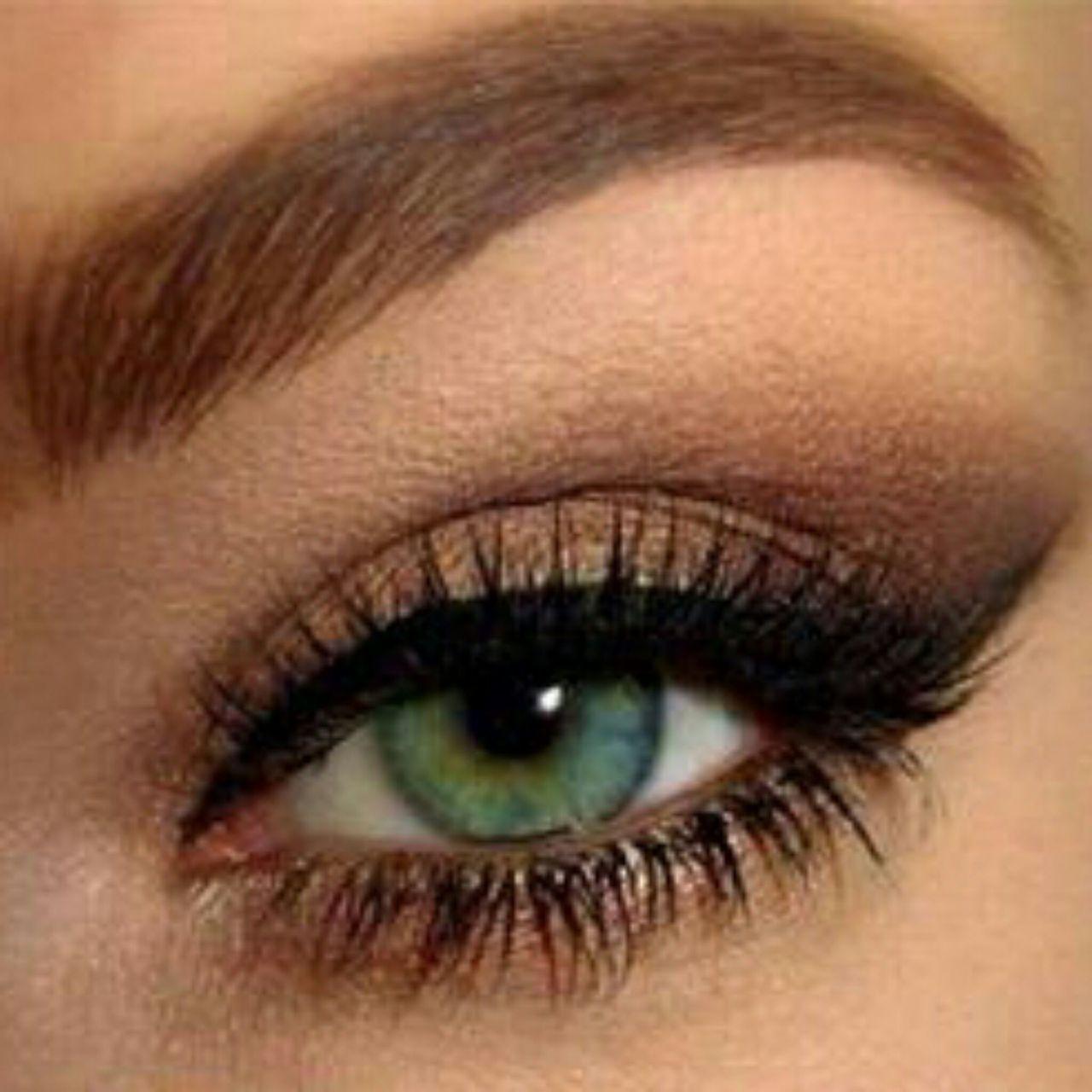 На фото: тени для зеленых глаз - очень органично смотрится кирпичный оттенок.