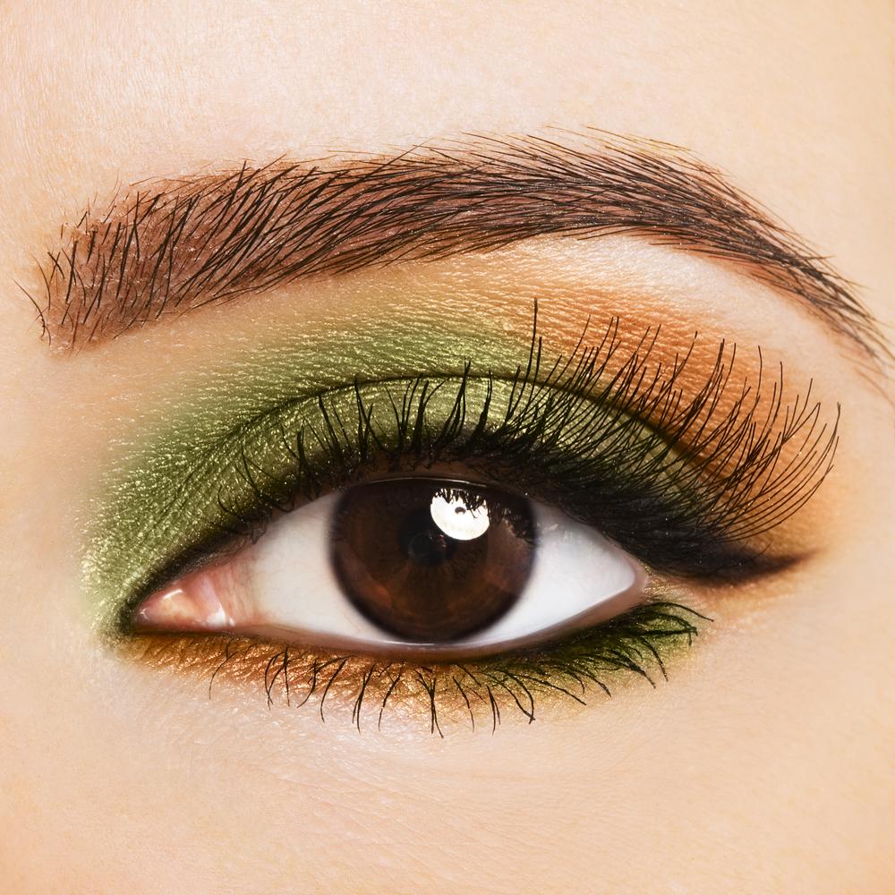 На фото: тени для карих глаз - очень органично смотрится зелено - коричневый цвет теней.