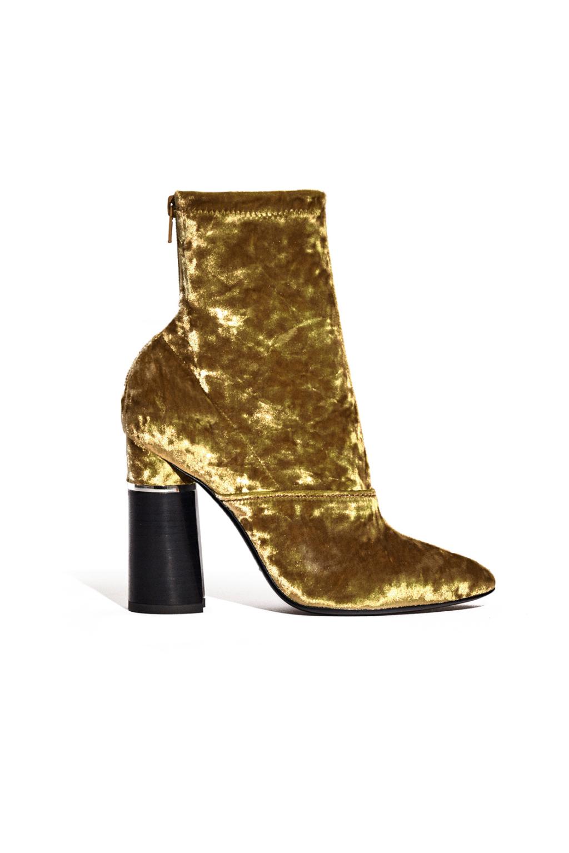 На фото: велюровые сапоги золотистого цвета на высоком массивном каблуке от 3.1 Phillip Lim.