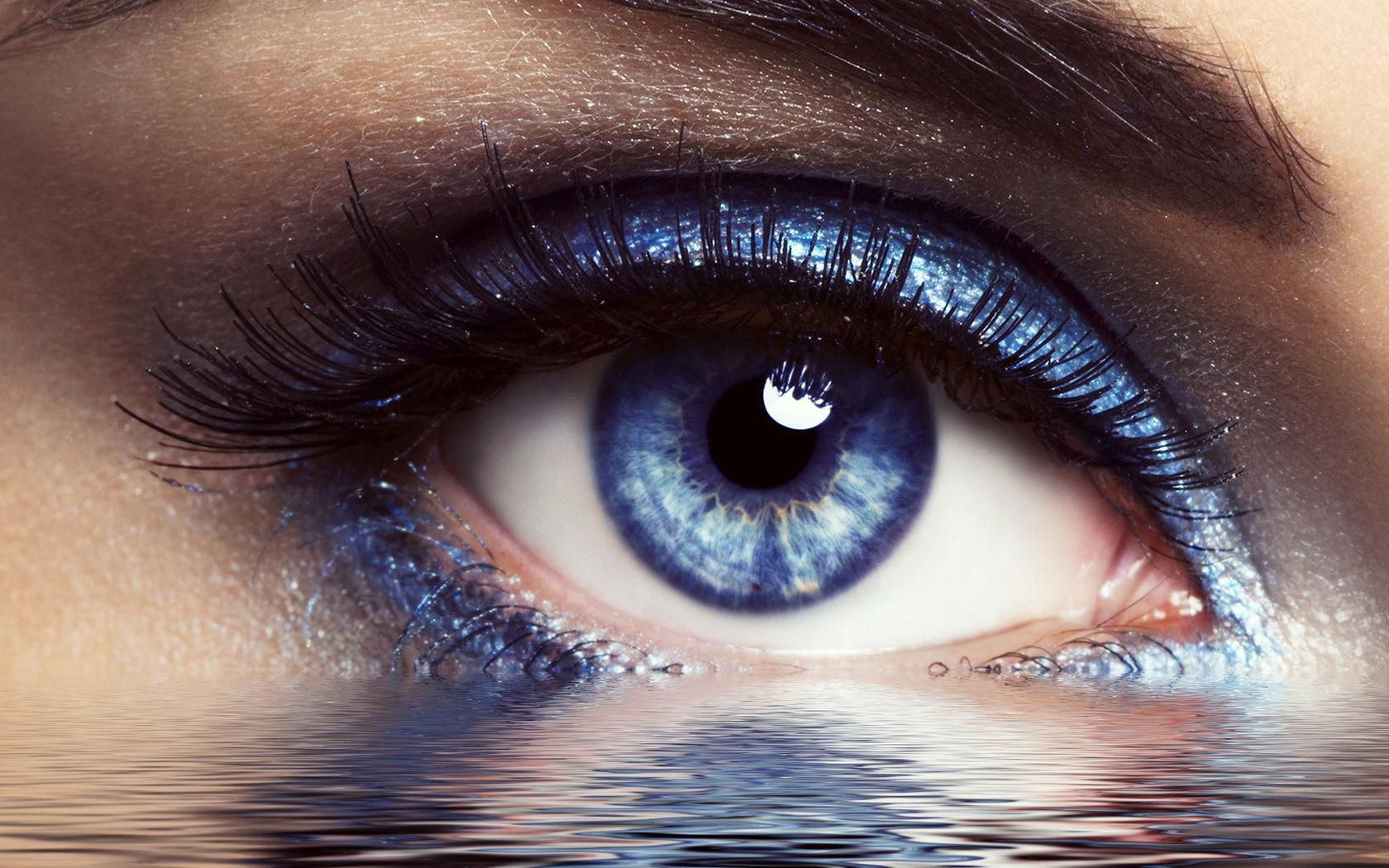 На фото: тени для серо-голубых глаз - синий цвет теней.